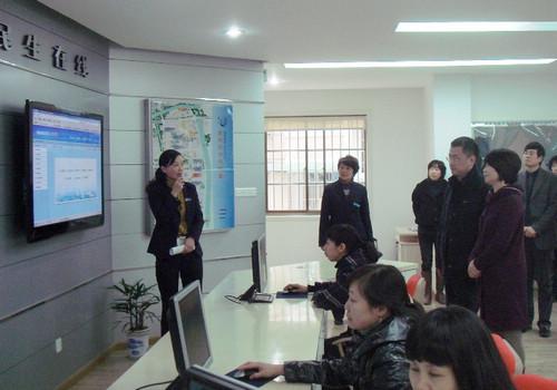 图为冯力一行考察浙江省杭州市下城区残疾人社区康复工作